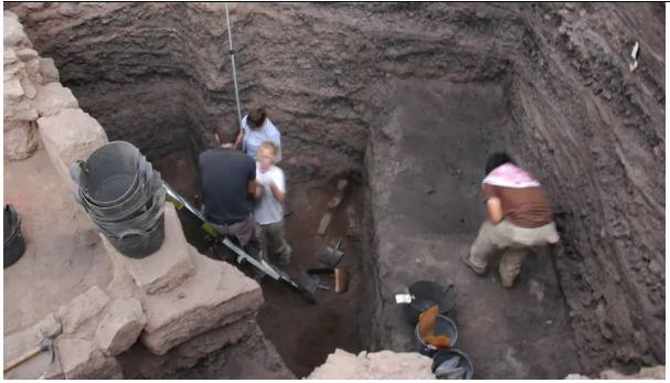 Plus de 6 m de déchets de production de cuivre ont été excavés à Khirbat en-Nahas, en Jordanie. Les matériaux de fouille d'ici et d'autres sites ont été utilisés pour suivre plus de quatre siècles d'évolution technologique et sociale dans l'Édom biblique (Crédit: T. Levy) Plus de 6 m de déchets de production de cuivre ont été excavés à Khirbat en-Nahas, en Jordanie. Les matériaux de fouille d'ici et d'autres sites ont été utilisés pour suivre plus de quatre siècles d'évolution technologique et sociale dans la Bible biblique d'Édom (Crédit: T. Levy)