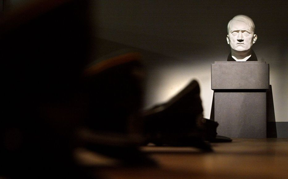 Le buste d'Hitler et un drapeau nazi au Sénat son président ne savait pas