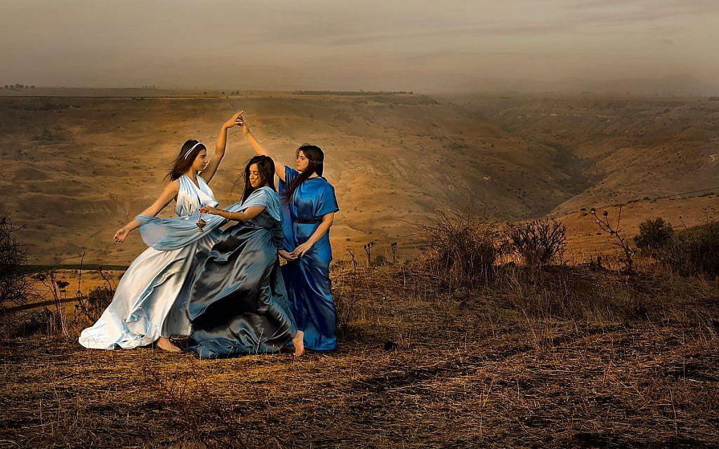 """Dikla Laor, """"Les femmes dans la Bible sur le paysage du Golan"""". Voir le site de l'artiste."""