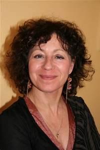"""Rachel Hausfater écrit pour la jeunesse. Elle a exercé de nombreux métiers et s'est tournée vers l'enseignement: elle est professeur d'anglais dans un collège de Bobigny et vit à Paris. Elle a publié 21 livres et a reçu le Prix des Incorruptibles pour son livre """"Yankov"""". Chana tova! Des livres et nous par Joelle Benharous"""