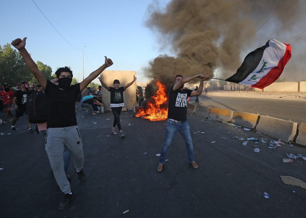 Des manifestants irakiens défilent contre la corruption de l'Etat, les services publics défaillants et le chômage à Bagdad, le 4 octobre 2019 (Crédit : AHMAD AL-RUBAYE / AFP)