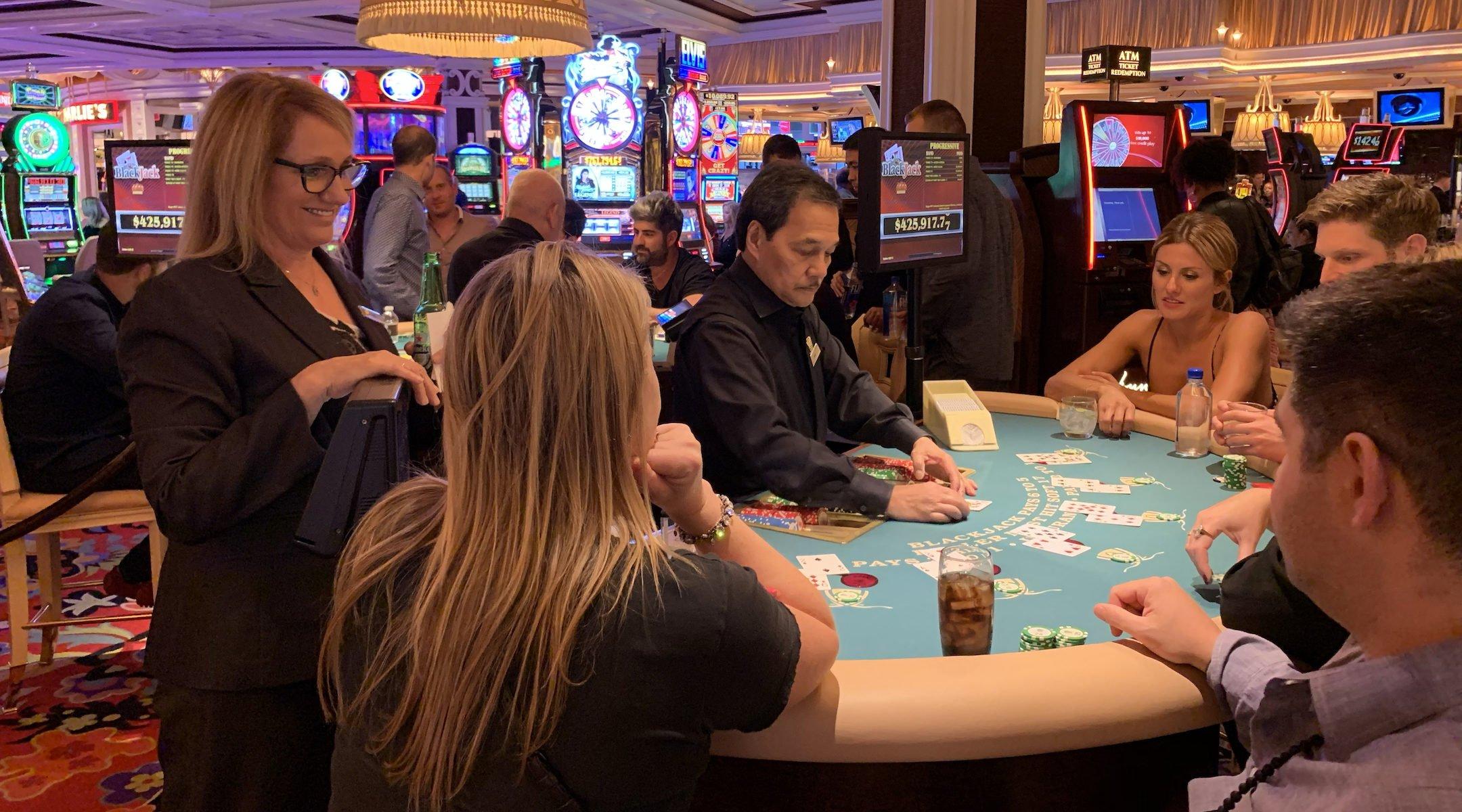 Orly Graves, debout à gauche, discute avec des clients alors qu'elle surveille une table de black jack à l'hôtel Wynn Las Vegas, le 22 septembre 2019. (Josefin Dolsten)