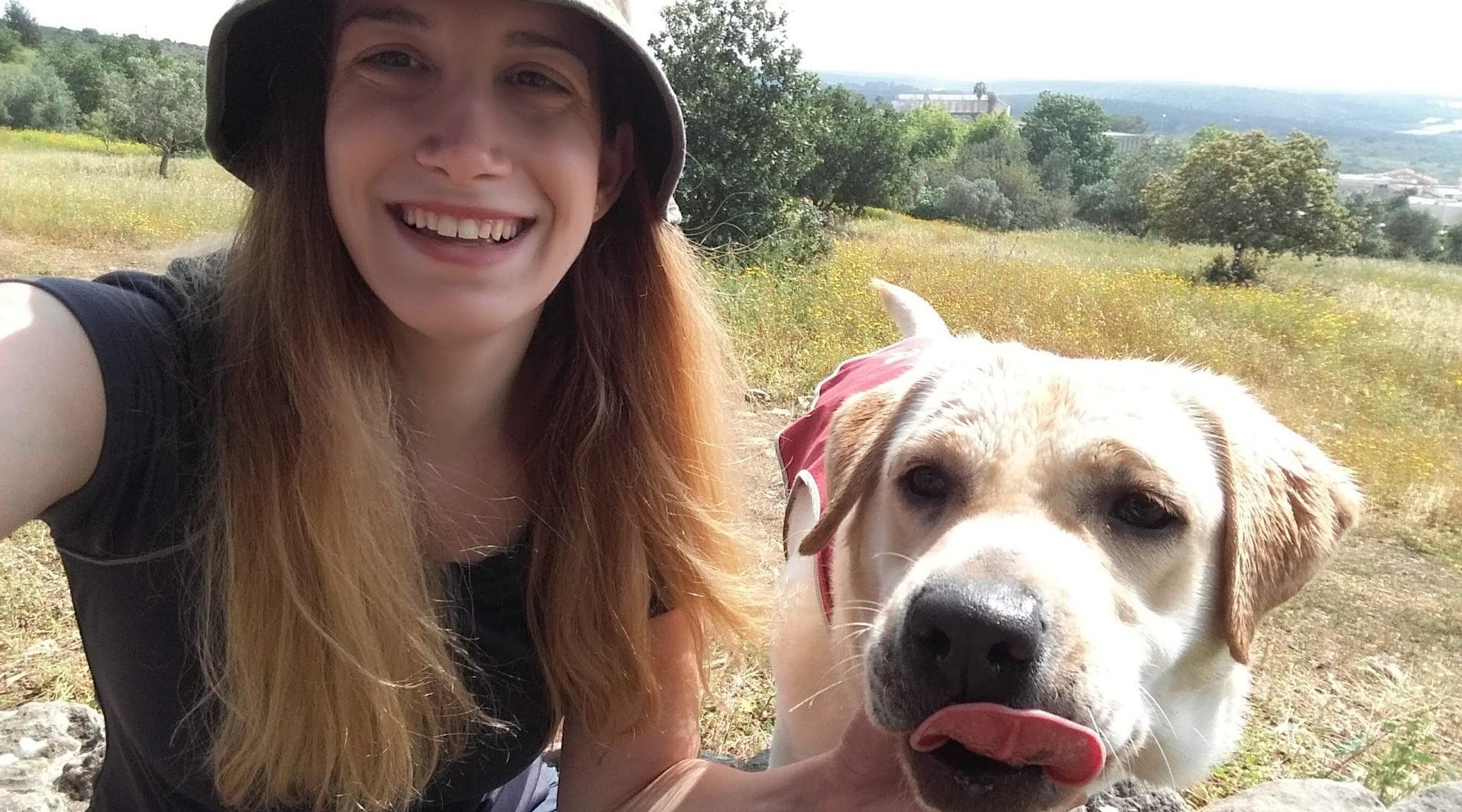 Shir Tabac, étudiante, a déclaré qu'il était étonnant de voir comment Chai, son chien nourricier, est passée d'une «boule de duvet» âgée de 3 mois à un chien qui fournit maintenant un soutien à un garçon autiste.
