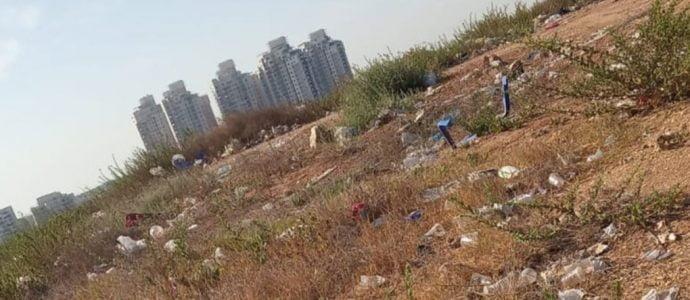 les volontaires qui ont décidé de ne pas attendre et se sont mis à nettoyer eux-mêmes les collines de Bat Yam