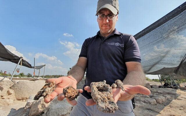Des volontaires effectuant des fouilles sur le site archéologique d'Usha. (Yoli Schwartz, Autorité des antiquités israéliennes)
