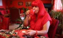 Cette femme voit la vie en rouge depuis quarante ans