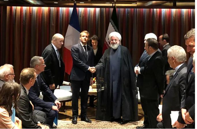 Le président français Emmanuel Macron serre la main du président iranien Hassan Rouhani lors de leur réunion en marge de l'Assemblée générale des Nations Unies à New York, aux États-Unis, le 23 septembre 2019.. (crédit photo: REUTERS / JOHN IRISH)