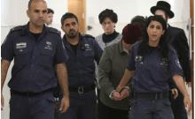 Malka Leifer, ancienne directrice d'école australienne recherchée en Australie pour agression sexuelle sur des étudiants, se promène dans le couloir du tribunal de district de Jérusalem accompagnée de gardes du service pénitentiaire israélien, à Jérusalem le 14 février 2018. (crédit photo: REUTERS)