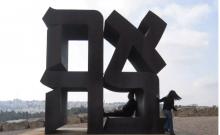 Sculpture de l'amour de Robert Indiana à l'entrée du musée d'Israël.