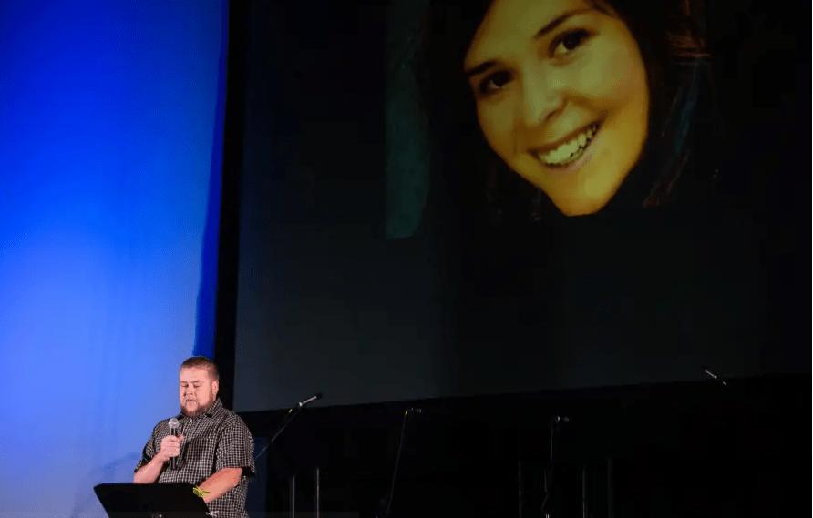 Eric Mueller lit un poème sur sa défunte travailleuse humanitaire Kayla Mueller au palais de justice de Prescott, à Prescott, en Arizona, le 18 février 2015. Des amis et des collègues de Mueller, le travailleur humanitaire décédé alors qu'il était captif des militants du groupe État islamique La Syrie, se souvient d'elle sur Saturda. (crédit photo: REUTERS / DEANNA DENT)