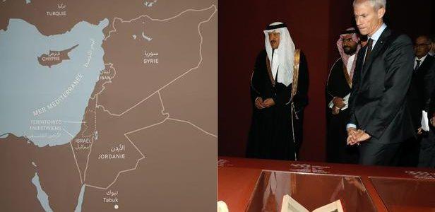 La carte présentée au public (à gauche) a été modifiée depuis l'inauguration de l'exposition lundi par le chef de la commission pour Al Ula Amr Al-Madani et le ministre de la Culture Franck RIester