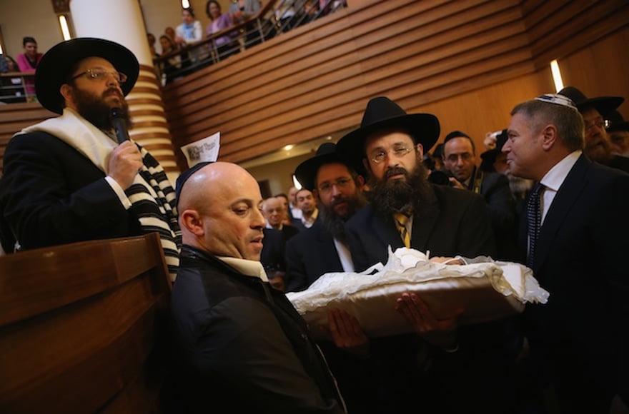 Un bébé porté avant sa circoncision dans une synagogue orthodoxe à Berlin en 2013