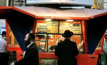 Un homme juif ultra-orthodoxe se tient devant une station de loterie dans la ville de Bnei Brak, près de Tel Aviv, le 28 septembre 2005.