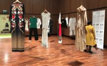 """La municipalité de Tel-Aviv présente l'exposition """"Elle est partie"""", composée de vêtements appartenant à des femmes qui ont été tuées par leur époux"""