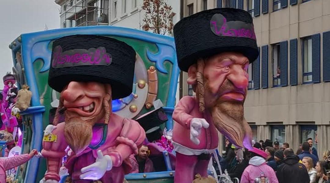 Un défilé de chars au carnaval d'Alost en Belgique présente des caricatures de Juifs orthodoxes posés sur des sacs d'argent, le 3 mars 2019. (Gracieuseté de FJO)