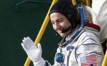 Jessica Meir, membre d'équipage de la Station spatiale internationale et astronaute américaine de la NASA, salue alors qu'elle monte à bord du vaisseau spatial Soyouz MS-15 avant qu'il ne décolle à destination de l'ISS, le 25 septembre 2019 sur le cosmodrome de Baikonour loué à la Russie, au Kazakhstan. (Maxim Shipenkov/Pool/AFP)
