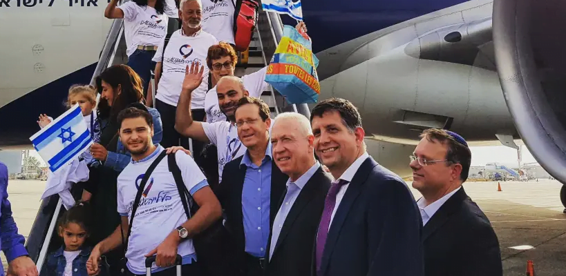 Le président de l'Agence juive pour Israël Isaac Herzog pose avec des immigrants français alors qu'ils débarquent de leur vol aliya. (crédit photo: ILANIT CHERNICK)