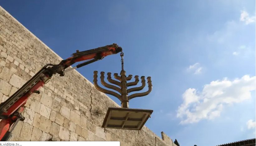 La menorah de Hanoukka s'est installée au Mur occidental le 17 décembre 2019. (crédit photo: FONDATION DU PATRIMOINE DU MUR OCCIDENTAL)