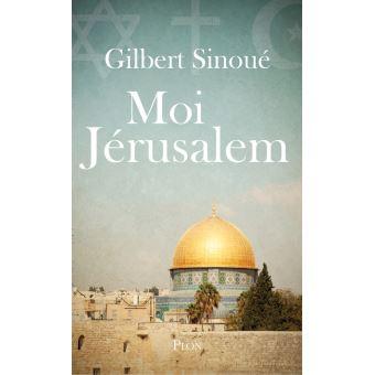 """Le roman d'une ville dont la vie est un roman. Jérusalem se raconte. """" Après des siècles de silence, moi, Jérusalem, j'ai décidé de prendre la parole pour raconter mon histoire. La vraie. Non celle que colportent mes courtisans, ceux qui s'imaginent – simples d'esprit – que je pourrais n'appartenir qu'à un seul d'entre eux, qui me voient comme une épouse que l'on peut mettre en cage ou une prostituée qui cède aux plus offrants. Je suis Jérusalem. Je suis l'Unique, sacrée, entière et dans mes pierres vibrent les trois vérités éternelles, chacune complémentaire de l'autre, chacune indissociable. Peu m'importent les critiques que ne manqueront pas de soulever mes confidences. Sans doute ai-je atteint cet âge où l'on ne craint plus les injures, les quolibets, cet âge de la maturité où l'on n'a plus peur de rien. Voilà des millénaires que je saigne. Hébreux, Babyloniens, Perses, Grecs, Romains, Arabes, Francs, Mamelouks, Ottomans, Britanniques, tous ont foulé mon sol, tous ont voulu me posséder en versant le sang, et il n'est pas impossible que je disparaisse un jour, réduite en cendres pour avoir été trop désirée, à moins que les trois Prophètes ne sortent de leur silence et ne se décident à n'être qu'un seul cœur pour que mon cœur continue de battre. """"  Choix de Claude Layani"""