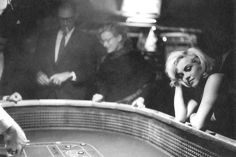 Quel effet cela faisait-il de photographier Marilyn ? C'était comme quand on voit une photographie apparaître dans un bac de révélateur. L'image latente était là, le moment et les conditions de sa révélation dépendaient de Marilyn. L'effet était stroboscopique, et le photographe n'avait qu'à suspendre le temps un instant pour avoir une nouvelle image de Marilyn.