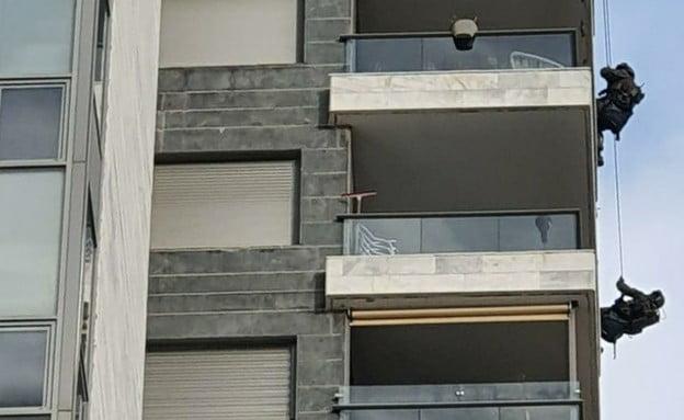 Ils grimpent sur un immeuble pour sauver un psychiatre qui menace de se tuer