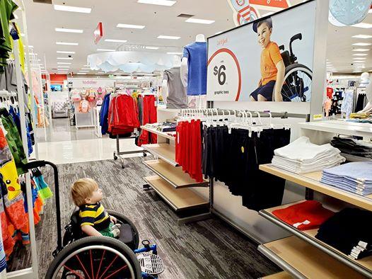il découvre une publicité avec un petit garçon en fauteuil roulant comme lui