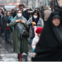 Les femmes iraniennes portent des masques de protection pour éviter de contracter un coronavirus, alors qu'elles marchent au Grand Bazar de Téhéran, Iran 20 février 2020 (crédit photo: WANA (WEST ASIA NEWS AGENCY) / NAZANIN TABATABAEE VIA REUTERS)