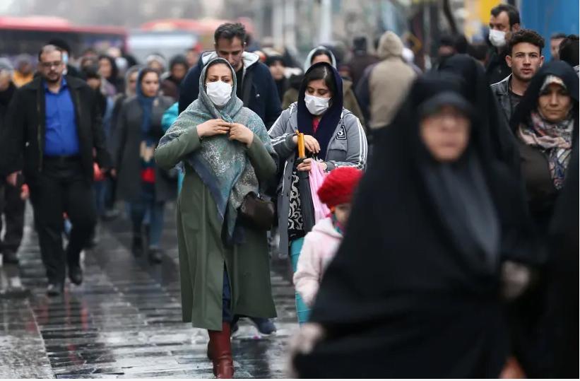 Les femmes iraniennes portent des masques de protection pour éviter de contracter un coronavirus, alors qu'elles marchent au Grand Bazar de Téhéran, Iran 20 février 2020 (crédit photo: WANA (WEST ASIA NEWS AGENCY) / NAZANIN TABATABAEE VIA REUTERS)