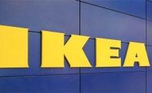 """Ministère de l'économie : il vaut mieux acheter des meubles chez Ace and Home Center que chez IKEA Une enquête menée par le Consumer Council selon laquelle """"certains produits IKEA seraient plus coûteux que des produits similaires dans les chaînes Home Center et ACE"""" • Il a également été constaté que les petits magasins de meubles sont des dizaines de pour cent moins chers que chez IKEA pour une variété de produits.  Ministère de l'Économie contre IKEA publie un contrôle des prix effectué par le Conseil des consommateurs, déclarant que """"certains produits IKEA sont beaucoup chers que des produits   similaires dans les réseaux Home Center et ACE"""".  Le ministère de l'Économie déclare également que """"Étonnamment, les petits magasins de meubles, qui ne jouissent pas d'un pouvoir d'achat important, se sont également avérés être des dizaines de pour cent moins chers de la chaîne IKEA dans une variété de produits"""".  Des exemples de prix comprennent une armoire à trois portes vendue chez IKEA pour 2 615 NIS, """"tandis que le prix dans les réseaux ACE et Home Center est de 924 NIS en moyenne, et pour les petits magasins - 1 050 NIS"""".  Un autre exemple est """"un bureau scolaire IKEA qui se vend à 645 NIS, tandis que sur ACE et Home Center, il coûte en moyenne 195 NIS,  en moyenne des écarts allant jusqu'à 230%"""".   """"Il est important de préciser que les produits testés ne sont pas les mêmes. Par conséquent, la conclusion importante est de vérifier et de comparer, avant d'acheter"""", a déclaré le ministère de l'Économie dans son annonce.  Quoi qu'il en soit, la revue Office of Economics a inclus 25 meubles de différentes catégories - le Bureau par le biais du Consumer Council a choisi de se concentrer sur les prix IKEA, Ace et Home Center et les petits magasins locaux.  Le ministère note également que """"récemment, le ministère de l'économie et de l'industrie a mené une étude, qui analyse comparativement, qu'IKEA Israël est plus cher de 32% par rapport à d'autres pays, à l'exception du Dan"""
