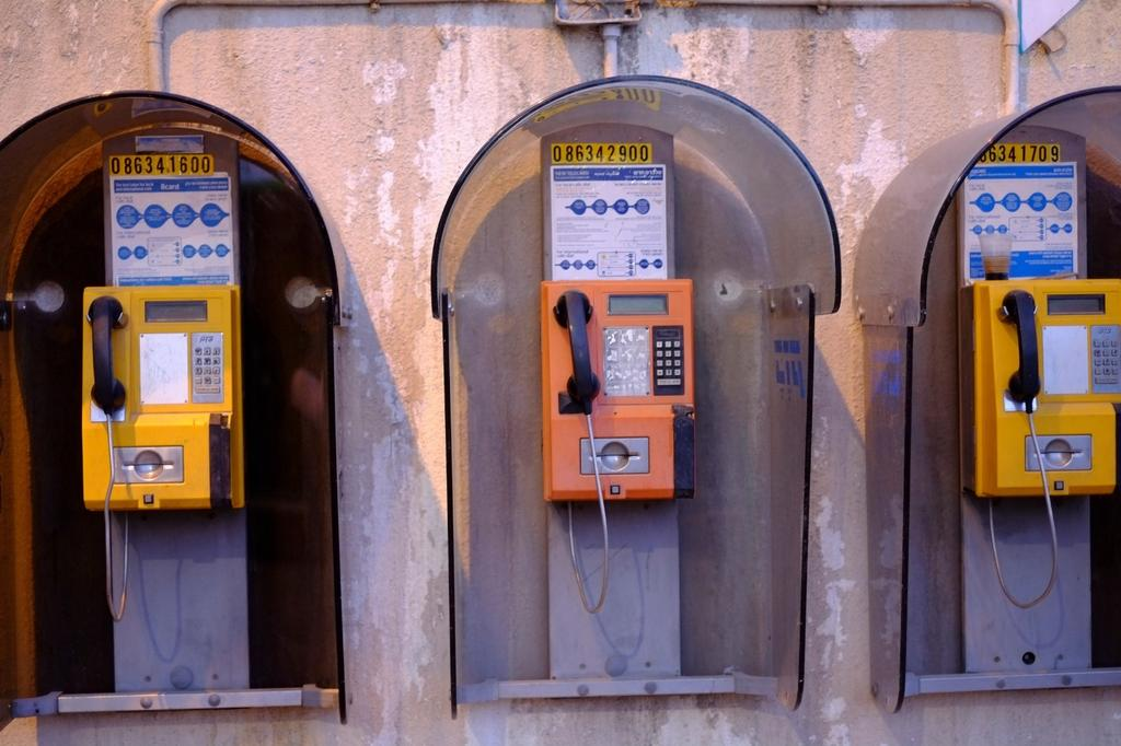 Les téléphones publics seront retirés des rues de Bat Yam