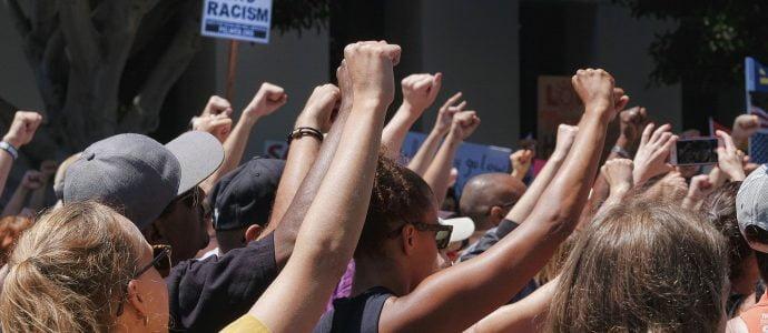 des groupes racistes veulent contaminer les Juifs et les policiers du coronavirus aux USA