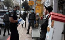 Les forces de police imposent des restrictions sur les coronavirus dans la ville ultra-orthodoxe de Bnei Brak, dans le centre d'Israël, le 2 avril 2020.  Moti Milrod