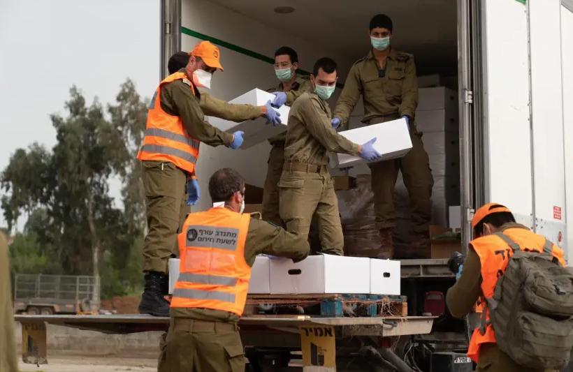 Les soldats du Home Front Command d'Israël livrent des colis de nourriture à Bnei Brak, actuellement sous le contrôle du coronavirus, 5 avril 2020 (crédit photo: UNITÉ DE PORTE-PAROLE DE L'IDF)