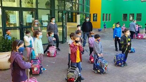 En Israël, une micropuce aux enfants pour les gestes barrières fait débat