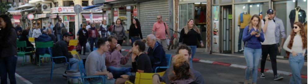 Onze rues seront converties en zones piétonnes et seront aménagées avec des sièges et du mobilier urbain, bénéficiant «aux nombreux résidents et visiteurs qui marcheront dans des espaces urbains sûrs, accessibles et accueillants, ce qui facilitera le maintien de l'éloignement social», dit la municipalité. Les rues sélectionnées incluent la rue Ishtori HaParhi qui se connectera à la place de Bâle, la rue Daniyel près de Carmelit et la rue Ha'Arba'a. Nahalat Binyamin et Florentin, qui ont déjà des zones réservées aux piétons, verront celles-ci élargies. La rue Levinski, dans la zone entre HaShuk et Herzl, deviendra une rue piétonne ouverte 24h / 24 et 7j / 7. Ce projet devrait avoir lieu le mois prochain. «La création de rues piétonnes dans la ville fait partie d'une politique globale qui place les piétons, les véhicules de transport personnels et les transports publics au centre, a déclaré le maire de Tel Aviv-Yafo, Ron Huldai. «Au cours de la dernière année, nous avons converti la rue Levinski en zone piétonne et fermé la rue Sheinkin à la circulation automobile le vendredi, et le public a voté avec ses pieds - dans les deux sens du terme.» Huldai a déclaré que dans le cadre de sa politique urbaine, il avait pavé des dizaines de kilomètres de nouvelles pistes cyclables, développé des lignes de train léger sur rail, étendu les réseaux de transport en commun et amélioré les conditions d'ombre tout en rénovant des dizaines de kilomètres de trottoirs.