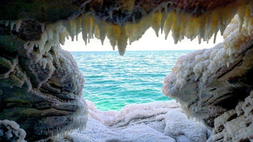 Une vue sur la mer Morte de l'intérieur d'une grotte recouverte de sel et d'autres minéraux. Crédit: Courtoisie.