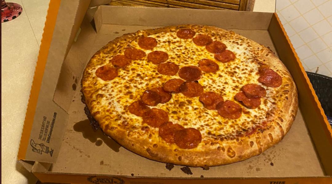 une pizza avec croix gammée nazie en supplément