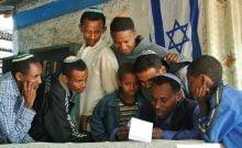 Les Juifs éthiopiens se rassemblent dans une synagogue de fortune à Gondar pour voir s'ils ont reçu une date pour s'installer en Israël