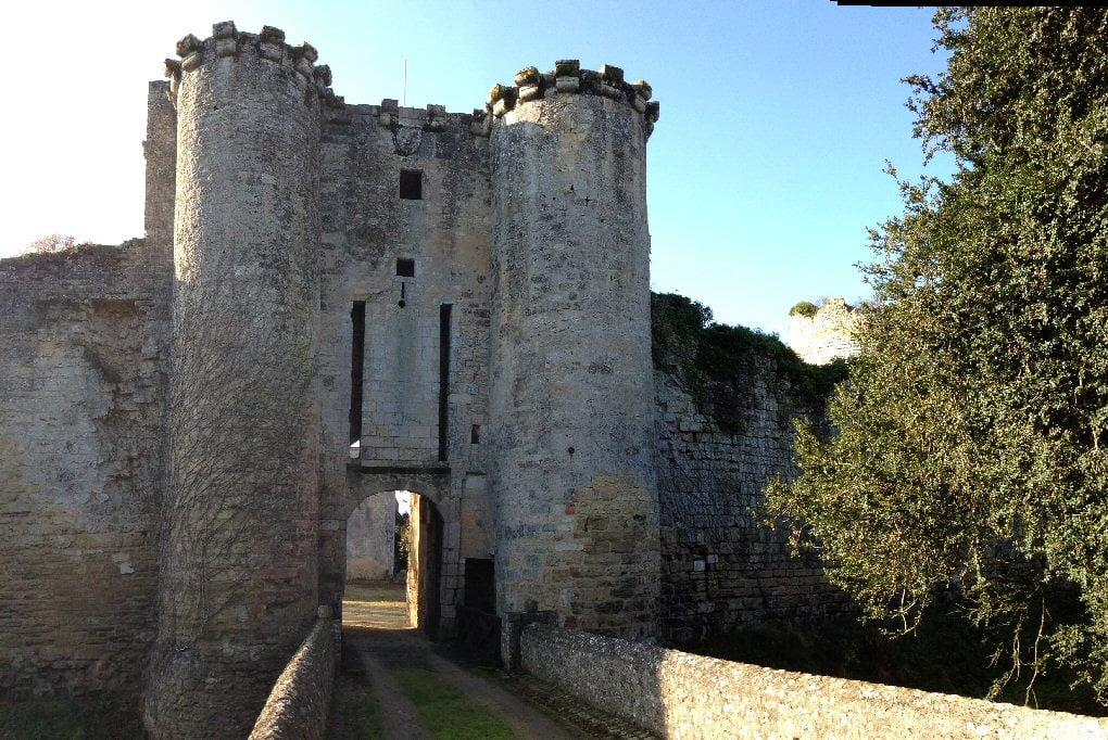 Au cours de cette période, en février 1238 (Adar2 4998), un certain Samuel, de Baslou (ou de Besalu ?), juif, avait été retenu captif dans la tour maîtresse du château de Montreuil-Bonnin, comme en témoigne un graffiti repéré dans cette tour et transcrit, puis estampé, dès avant 1836.
