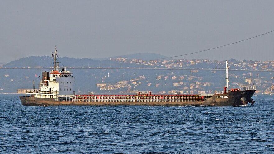 Le cargo général Rhosus passant à Istanbul le 30 juillet 2011. Le navire a ensuite été abandonné à Beyrouth et a coulé en 2018. La cargaison, arrimée dans un entrepôt voisin, a provoqué l'explosion de Beyrouth en 2020. Photo: Frank Behrends via Wikimedia Comm