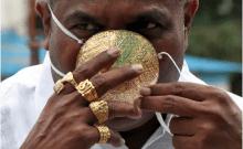 Shankar Kurhade (48 ans), porte son masque facial en or alors qu'il pose pour une photo au milieu de la propagation de la maladie à coronavirus (COVID-19) à Pune, en Inde, le 4 juillet 2020. Kurhade affirme que le masque pèse 50 grammes et coûte environ 3870 $ (crédit photo: REUTERS / STRINGER)