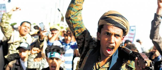 Les partisans du MOUVEMENT HOUTHI crient des slogans alors qu'ils assistent à un rassemblement pour marquer le quatrième anniversaire de l'intervention militaire menée par l'Arabie saoudite dans la guerre au Yémen, à Sanaa, au Yémen, le 26 mars. (crédit photo: REUTERS)
