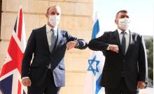Le ministre britannique des Affaires étrangères Dominic Raab rencontre le ministre israélien des Affaires étrangères Gabi Ashkenazi à son arrivée en Israël, le 25 août 2020 (crédit photo: MIRI SHIMONOVICH / GPO)
