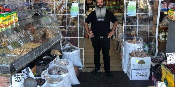Moudre les épices devant les clients à Bat Yam en Israël