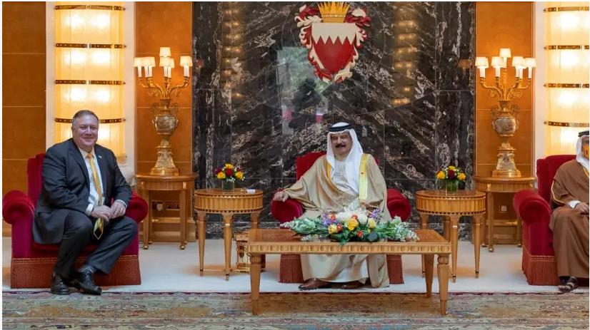 Le secrétaire d'État américain, Mike Pompeo, rencontre le roi de Bahreïn Hamad bin Isa Al Khalifa et le prince héritier de Bahreïn Salman bin Hamad Al Khalifa lors de sa visite à Manama, Bahreïn, le 26 août 2020. (crédit photo: REUTERS)