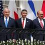 Le Premier ministre israélien Benjamin Netanyahu, le ministre des Affaires étrangères des Émirats arabes unis (EAU) Abdullah bin Zayed et le ministre des Affaires étrangères de Bahreïn Abdullatif Al Zayani en attente avant de signer les accords d'Abraham avec le président américain Donald Trump à la Maison Blanche à Washington, États-Unis, le 15 septembre 2020. (crédit photo: REUTERS / TOM BRENNER) Le Premier ministre israélien Benjamin Netanyahu, le ministre des Affaires étrangères des Émirats arabes unis (EAU) Abdullah bin Zayed et le ministre des Affaires étrangères de Bahreïn Abdullatif Al Zayani en attente avant de signer les accords d'Abraham avec le président américain Donald Trump à la Maison Blanche à Washington, États-Unis, le 15 septembre 2020. (crédit photo: REUTERS / TOM BRENNER)