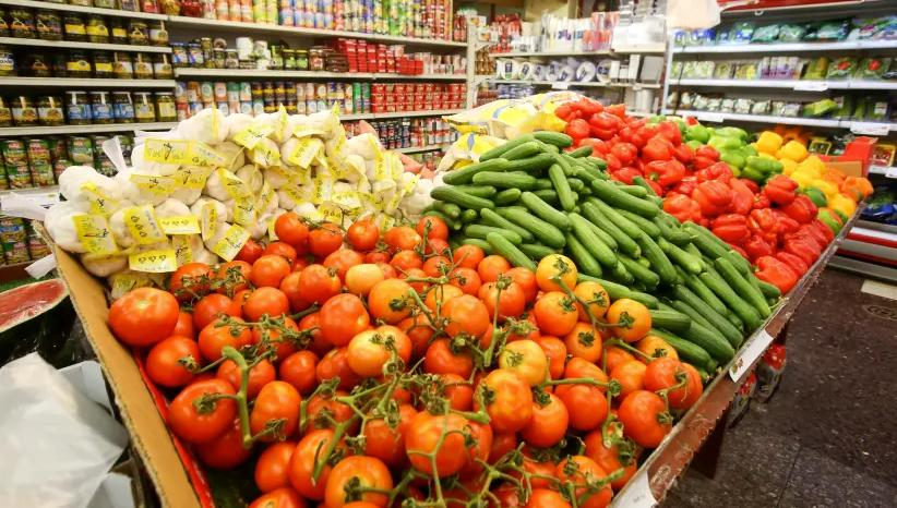 DES PRODUITS FRAIS sont empilés dans un magasin du marché Mahaneh Yehuda de Jérusalem (crédit photo: MARC ISRAEL SELLEM / THE JERUSALEM POST)