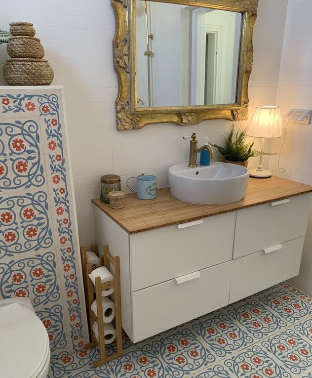 La salle de bain de la maison de Keren Orr dans un moshav