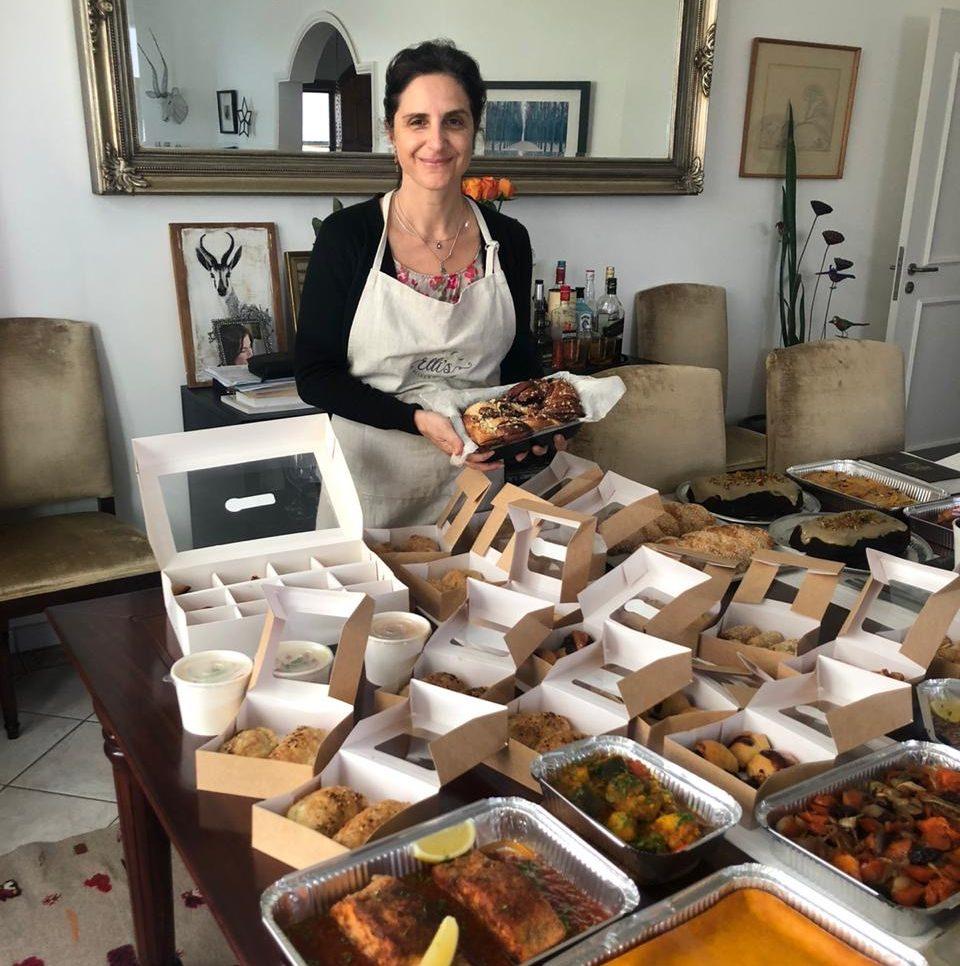 Elli Kriel avec de la nourriture de Shabbat qu'elle a préparée pour les invités affamés. (Courtoisie)