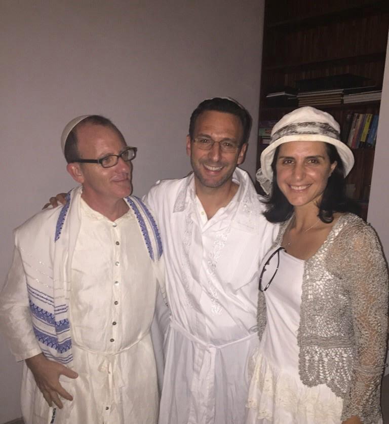 De gauche à droite: le chanteur Yossi Chajes, et Ross et Elli Kriel posent après un récent Yom Kippour. (Courtoisie)